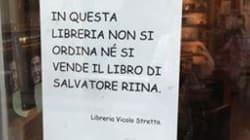 Il cartello sulla vetrina di una libreria a Catania:
