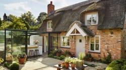Cette cuisine dans un cottage anglais est entièrement