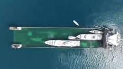 Ce bateau embarque les yachts comme le garagiste remorque votre