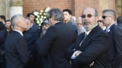 Piazza gremita e rigide misure di sicurezza per i funerali di