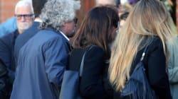 L'abbraccio di Grillo e il direttorio simbolo del Movimento che va