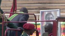 Robert Mugabe s'incline bien bas... devant son propre