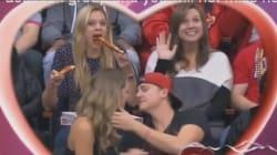 Cette fille mangeant une pizza a volé la vedette lors d'une kiss cam