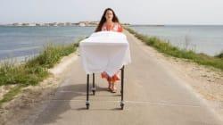 100 km a piedi spingendo una barella per dire no alla Puglia dei