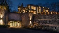 Cette maison de rêve comprenant 8 garages est à vendre