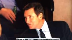 Wayne Gretzky tente sans succès d'embrasser sa femme à la