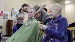 小学校の生徒、がん治療をした同級生のために一斉に丸刈りにする