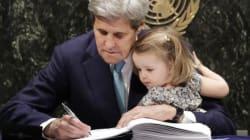 COP21 : John Kerry a signé l'accord avec sa petite-fille sur les genoux