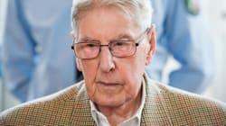 Un ex-gardien SS d'Auschwitz accusé de meurtres se dit