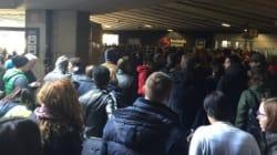 Files d'attente monstres pour la réouverture du hall des départs de l'aéroport de
