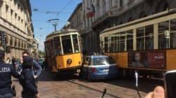 A Milano un'auto della polizia si incastra tra due tram. Sui social: