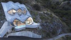 屋根はドラゴンの鱗。崖にそびえる冒険の家がすごいよ(画像)