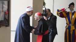 Il Papa abbraccia l'Imam di Al Azhar:
