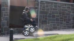 Ce fauteuil roulant peut monter les