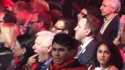 Bob Rae fait semblant de vomir pendant un hommage à Harper