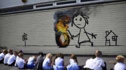 Banksy dipinge sul muro della scuola. Ma la cosa migliore è la nota che ha lasciato