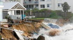 Des vagues monstrueuses abîment les côtes australiennes (mais font la joie des