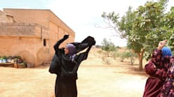 Les images symboliques de cette Syrienne qui jette son niqab après le départ de