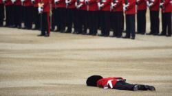 La photo impressionnante de ce membre de la garde royale au sol après un