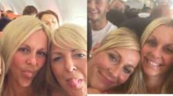Tre ragazze si fanno un selfie sull'aereo e quello che succede due anni dopo poteva sembrare