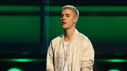 Justin Bieber fait une chute en plein concert