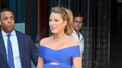 Enceinte, Blake Lively épate dans une tenue bleue ajustée