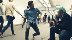Des danseurs viennent surprendre les musiciens du métro