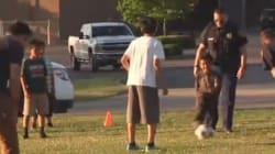 Em vez de acabar com o futebol das crianças, policiais decidem entrar no