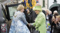 Brexit : «en tous cas, je suis toujours en vie», plaisante Elizabeth II