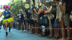 À la Gay Pride de Madrid, les hommes font la course en talons