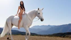 Emily Ratajkowski nue sur un cheval blanc pour parler du