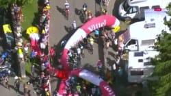 Une arche du Tour de France s'écroule sur les cyclistes en pleine