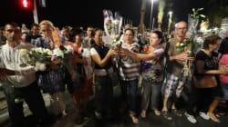 Une chaîne humaine déplace fleurs et bougies d'hommage de la Promenade des