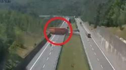 Follia in autostrada: fa inversione di marcia col tir di 18