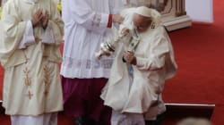 Le pape rate une marche et tombe