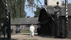 Papa Francesco a piedi, da solo, in silenzio, passa il cancello di