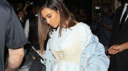 Kim Kardashian ne cesse de porter des corsets par-dessus ses vêtements