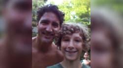 Une famille tombe par hasard sur Justin Trudeau torse nu