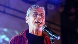 ASSISTA: Chico Buarque canta 'Apesar de Você' em ato contra