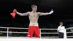 Pourquoi ce boxeur en colère a fait un doigt aux juges des