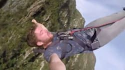 (VIDÉO) Il fait tomber son téléphone lors d'un saut à