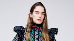 Un premier look de la collection KENZO x H&M repéré sur la chanteuse Anna of The North