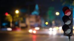 Ubriachi in auto si addormentano al semaforo, li sveglia la