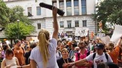 Manifestation avec des godemichés au Texas pour bannir les fusils d'une université