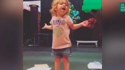 Cette petite fille chante son alphabet comme une