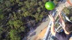Un melon d'eau jeté à 45 mètres de haut... et qui n'explose pas