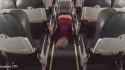 Seuls à bord d'un avion, ils en profitent pour jouer à