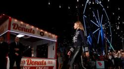Manèges, fontaines à soda et salon de tatouage : le défilé disproportionné de Gigi Hadid et Tommy