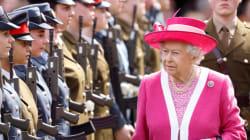 Voyez la vidéo montrant un garde d'Elizabeth II en train de sniffer de la