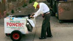 Dopo la morte della figlia, vende ghiaccioli per strada a 89 anni. Ma la rete allevia il suo